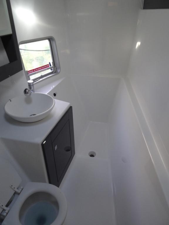 Fountaine-Pajot Mahé 36 evolution salle de bain tribord